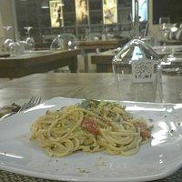 Spaghetti con uova di pesce,pomodorini, pistacchi e menta