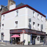 Façade de notre établissement, hôtel 2 étioles et restaurant en plein de coeur de Paramé à Saint Malo. 6 chambres à 500 m de la plage, cuisine du marché, menu du jour