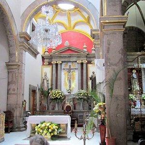 La nace central con el retablo del santo crucifijo