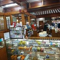 お店の一角には薬局も。