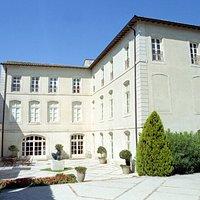 Les plans de l'hôtel Donadéï de Campredon furent commandés à Esprit-Joseph Brun, appelé aussi Brun Cadet, devenu en 1736 le gendre de l'architecte avignonnais Jean-Baptiste Franque, architecte l'islois de grand talent, à qui l'on doit de nombreuses réalisations, notamment à l'lsle-sur-la-Sorgue, à Aix-en-Provence et à Marseille, dont le célèbre château Borély.