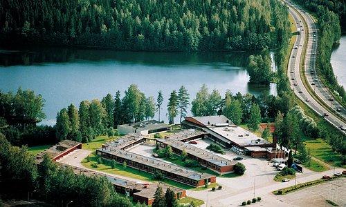 Hotelli IsoValkeinen on viihtyisä, rivitalotyyppinen kokoushotelli. Hotelli sijaitsee valtatie 5:n varrella, Isovalkeinen lammen rannalla, vain 10 minuutin ajomatkan päässä Kuopion keskustasta. Hotellissa on sata hotellihuonetta sekä 12 kokoustilaa (4 – 400 henkilölle). Rantasaunamme sijaitsee puhdasvetisen Iso-Valkeinen-lammen rannalla, keskellä kauneinta Kuopion seutua. Uimaan lampeen pääsee niin kesällä kuin talvella.