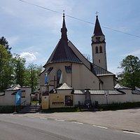 widok kościoła od strony głównej drogi