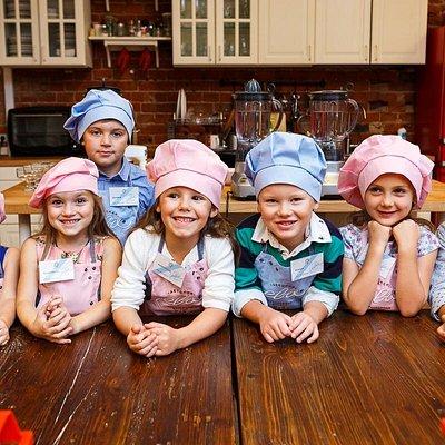 А мы снова учимся готовить потому, что мы молодцы и самые самостоятельные дети! Что развивается в процессе обучения кулинарии: 1. Ответственность за результат  2. Внимание и осторожность 3. Творчество и эстетика 4. Самостоятельность и наблюдательность . . . . #кулинарныемастерклассы #детскаякулинарнаяшкола #воспитаниедетей #детскаякулинарнаястудияева #детскийденьрождения #детскийпраздник #школа #детки #детиготовят #москва