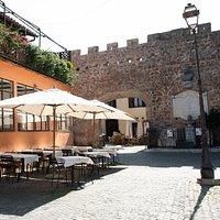 I nostri tavoli nella Piazzetta Umberto I alle mura del Castello di Giulio II
