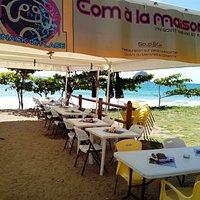 Profitez d'un bon moment culinaire au bord de la mer, juste en face du Rocher du diamant...