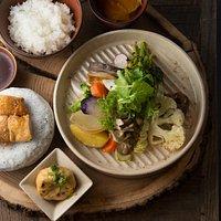 秋保を中心に収穫された新鮮な野菜と宮城県産の鶏肉を、ローストやフライ等の様々な調理法で甘みと旨味を引き出しました。