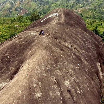 núi đá voi Buôn Ma Thuột, nơi tả ngạn tuyệt vời. Mất 15' để đi lên đến đỉnh của ngọn núi, từ trên nhìn là một cảnh tuyệt đẹp của thiên nhiê. Ai đến Đăk Lawk thì nên đi 1 l