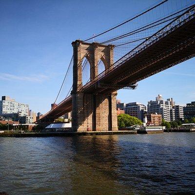 Onder Brooklyn Bridge door. Een indrukwekkende brug