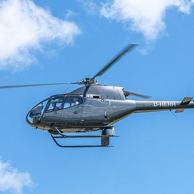 Hubschrauber haben hervorragende Flugeigenschaften. Auch bei stärkeren Windstärken ist es ein ruhiges Fliegen, vergleichbar mit Autofahren in der Luft.