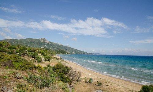 Blick Nähe Ionio Restaurant und Sommerakademie auf den Strand