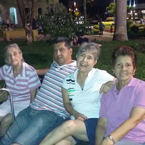 De paseo con la abuela. En el parque  el Peñon, en la Surcursal del Cielo, Cali. Cómodo, seguro y agradable! : )