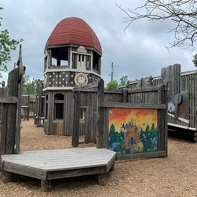 This is a nice little park with large wooden play structure, picnic shelter, volley ball court and community garden. There are however, no bathroom facilities.