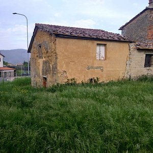 Near the ancient S. Agata parish church in Fratta hamlet (outside, but not far from, #2path) there is perhaps the only surviving example of a earth (adobe) house in the entire area of Cortona.