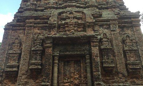 カンボジアでは陶器作りで有名なカンボンチュナン州にあるコンライ山の麓に7世紀の初め造られた遺跡で、プラサットスレイと言います。全体的にレンガ造りで所々に立体的に彫られた彫刻がとても綺麗に残っています。