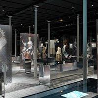 Galerie sur la dentelle à la main, cet art textile européen apparu au XVIe siècle, symbole de raffinement et de richesse.