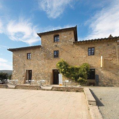 Vernaccia di San Gimignano Wine Experience – La Rocca è il Centro comunale di documentazione e degustazione del vino Vernaccia di San Gimignano e dei prodotti locali. Il centro è stato realizzato nel 2017 dal Consorzio del Vino Vernaccia di San Gimignano, il quale riunisce tutti i produttori del vino Vernaccia di San Gimignano DOCG, prima Denominazione di Origine italiana nel 1966, e si propone di tutelare e valorizzare la produzione vitivinicola del territorio.