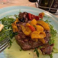 Tagliata di manzo con peperoni e verdura cotta