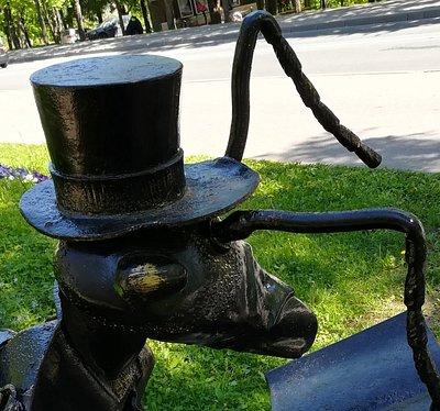 "Скульптура ""Читающий муравей"", валун, ботинки, книга, котелок; Зеленогорск, июнь."