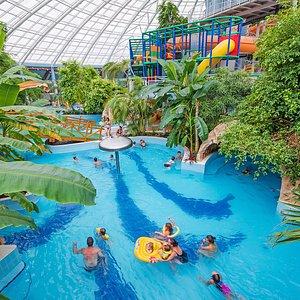 Az Aquaticum Mediterrán Élményfürdő a végtelen nyár birodalma. Garantáltan 30°C-kal és valódi tropikus élményekkel várunk rátok! 12 csúszda és rengeteg élményelem kínál szórakoztató kalandokat. Kedves Szülők, figyelem! Szabadítsátok ki gyermeketeket a virtuális komfortzónából! A kütyüfüggőség legjobb ellenszere az aktív kikapcsolódás az Aquaticumban. Kattints weboldalunkra és keresd meg a strandpapucsod!