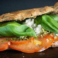 Una nostra specialità: La boccaccia pomodoro mozzarella basilico pesto fresco origano con farina intergrale