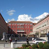 Place de la République (de jour) avec ses cafés et restaurants