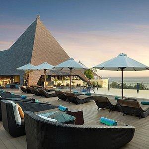 Kuta Beach sunset view at 4th floor rooftop infinity pool