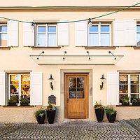 Unsere schöne Alte Post nach der Renovierung. Die Zimmer und der Gastraum sowie die Außenfassade wurden für Sie verschönert mit hochwertigen Materialien.