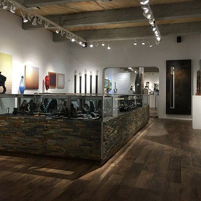Bryant Nagel Galleries carries a wealth of paintings, sculpture, art glass and jewelry by renowned national (incl. Native American) and international artists.