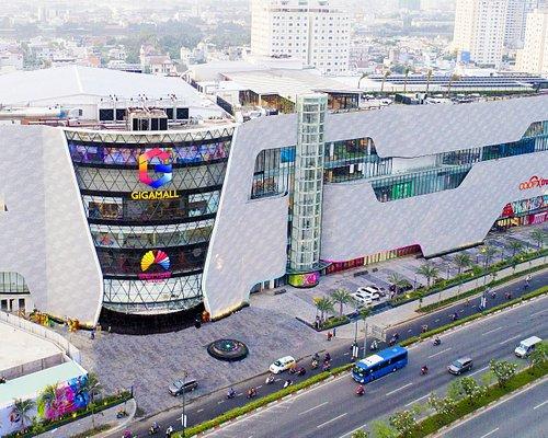 Trung tâm thương mại Gigamall – thương hiệu Việt vươn tầm quốc tế Chính thức đi vào hoạt động từ tháng 1.2019, Gigamall là trung tâm thương mại (TTTM) kiểu mới theo xu hướng kết hợp mua sắm và trải nghiệm giải trí Shop Entertaiment. Hội tụ nhiều yếu tố từ vị trí địa lý đắc địa, kiến trúc độc đáo và tiên phong trong công nghệ giải trí tích hợp thương mại, Gigamall được Sở Du Lịch Thành phố Hồ Chí Minh công nhận là TTTM đạt chuẩn đón khách du lịch quốc tế.