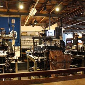 In onze mini-fabriek ziet u het hele proces van het machinaal kantklossen: van ontwerp tot de productie van het kantje.