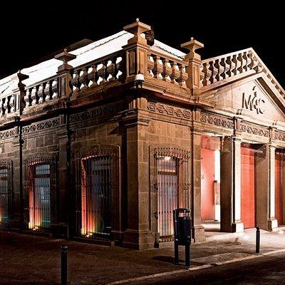 Fachada frontal del Museo, vista nocturna.