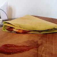Crepe Tomás relleno de carne mechada, queso y un extra de salsa de tomate