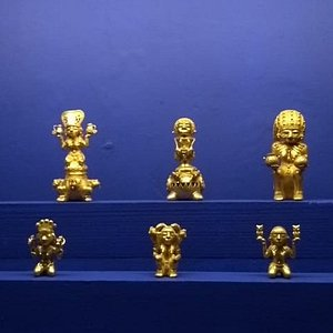 Diosas prehispánicas. La segunda de arriba parece de estilo egipcio y está montada sobre una especie de Cerbero.