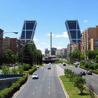 Le torri Kio e l'obelisco di Calatrava visti dal paseo de la Castellana