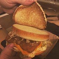 PERSONALEN KAN UPPENBARLIGEN TA-ME-FAN-I-MEJ INTE ENS FIXA EN BIG MAC!!!!!   å då är det ändå McDonalds första o mesta sålda hamburagre!! FAN va SJUKT DÅLIGT! NEJ!! ÄT INTE HÄR!!! FÖR FAN!!
