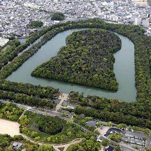 For the first time in the world heritage registration of reluctance, Kashiwa City, the Tongue Bird Ancient Tomb Group was selected. In area, including the world's largest tomb, Nintoku emperor tombs, the scale and form that can not be seen as an ancient heritage are seen. However, it is also a fact that it is too huge for a tour from the ground and it is difficult to grasp the whole picture. Please walk while referring to aerial photos at the same time! I think I can feel the breath of people