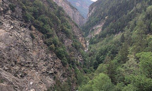 Du pont suspendu de Niouc à Chippis 🏃♂️ chemin très pentu au début puis joli chemin  dans l'ancien bisse du Riccard 👍🏻 quelques passages dangereux.
