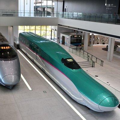 南館1F 400系新幹線電車(左) E5系新幹線電車(モックアップ/右)
