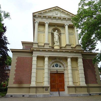"""19de eeuwse Oud Katholieke Sint Vituskerk aan het Melkpad te Hilversum in  laat 19de eeuwse""""Neo-Barok Stijl"""""""