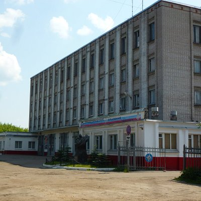 Здание на улице Базисной, возле которого  установлен памятник