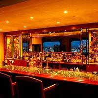 千歳市内の夜景を見ながらグラスを傾けられるバーカウンター