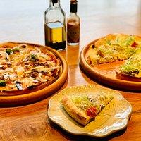 ランチ一例:(左)オイルサーディンとへしこのピザ (右)京野菜としらすのピザ An example of lunch