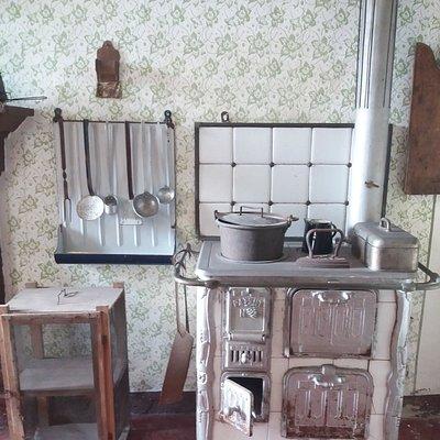 La cucina con gli utensili nella casa del contadino
