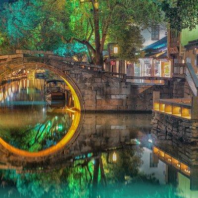 双桥由一座石拱桥——世德桥和一座石梁桥——永安桥组成。桥面一横一竖,桥洞一方一圆,样子很像是古时候人们使用的钥匙。清澈的银子浜和南北市河在镇区东北交汇成十字,河上的石桥联袂筑,显得十分别致。 这两座石桥,始建于明万历年间公元1573--1619年,世德桥由里人徐松泉、徐竹溪出资建造,永安桥由里人徐正吾出资建造。至清乾隆三十年(公元 1765 年)两桥皆重修,清道光二十三年(公元1843年又由里人捐资重建。1957年永安桥再次修缮。世德桥长十六米,宽三米,跨度五点九米;永安桥长十三点三米,宽二点四米,跨度三点五米。双桥中,石拱桥横跨南北市河,桥东端有石阶引桥,伸人街巷;石梁桥平架在银子浜口,桥洞仅能容小船通过,桥栏由麻条石建成。