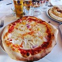pizza gorgonzola, cipolle e cipolle di tropea! molto condita e con un gorgonzola divino!