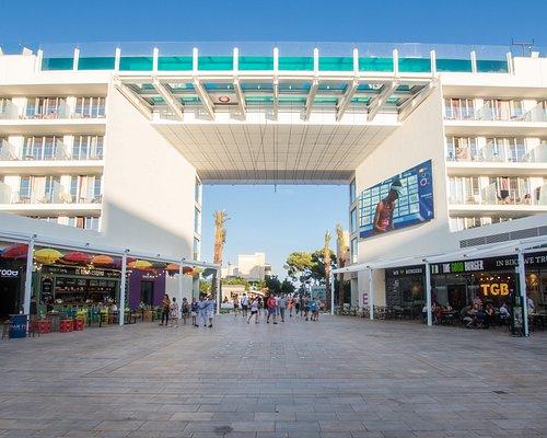Momentum Plaza ocupa más de 5.000 metros cuadrados de suelo y todo el área se reconvierte así en un espacio abierto a la ciudad, incluyendo una gran plaza pública de 3.500 metros cuadrados para el recreo de residentes y turistas.