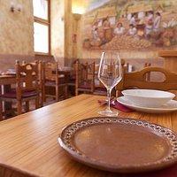 Tamán es su casa de comidas en el centro histórico de Madrid. Servimos guisos de familia en vajilla traida con mucho cariño desde México.