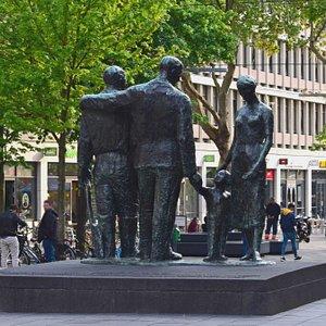 Роттердам. Памятник погибшим в 1940-1945 годах. Вид со стороны Ратуши