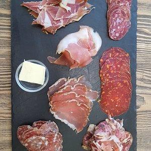 Ardoise de charcuterie 14.95€ chorizo et saucisson noir de bigorre, coppa, lonzu et saucisson corse, saucisson aux cèpes et saucisson du perche.